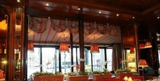 Tables-avec-banquette-du-restaurant-Chez-Francis
